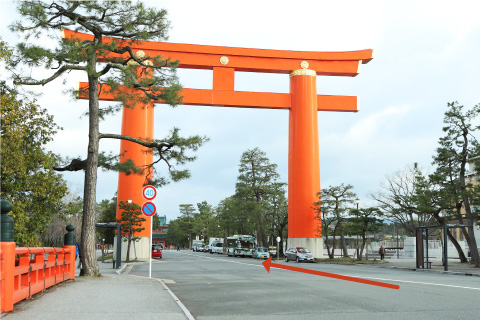 3.Pass the Heian-jingu Shrine Top Shrine Gate, and the Museum main entrance will be on your right, on the east side of the street.