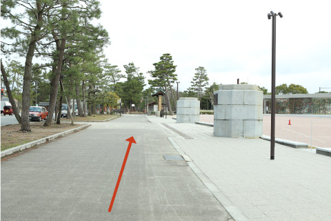 1. Get out from the main entrance of the museum; turn right and walk straight toward the Heian Shrine.