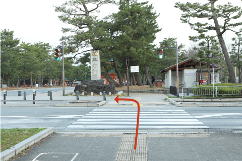 2. After crossing the Nijo St. at the first intersection, turn left and walk straight toward the Starbacks.